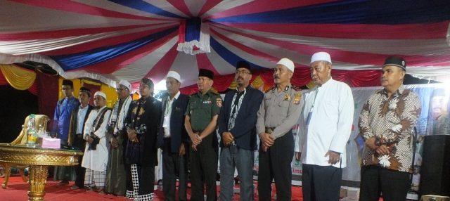 Ustadz A'Arif Alqomar (tengah) saat berpose bersama pejabat dan Petinggi Kampung Jambuk Makmur