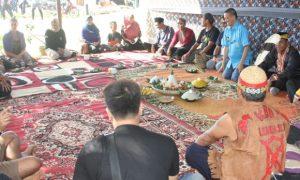 Masyarakat adat Paser, Dayak dan Banjar saat melakukan kegiatan bersama