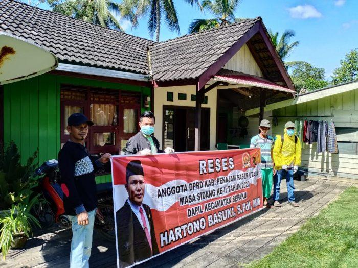 Wakil Ketua DPRD PPU Hartono Basuki (dua kiri) menyerap aspirasi dengan mengunjungi tiap rumah warga